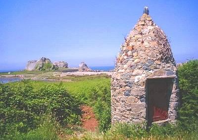 Castel meur la petite maison entre les rochers - Maison entre deux rochers ...